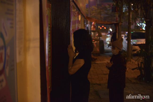 Rằm tháng Giêng hiếm hoi: Người dân chắp tay cầu nguyên phía bên ngoài cánh cổng chùa Phúc Khánh đóng kín - Ảnh 11.