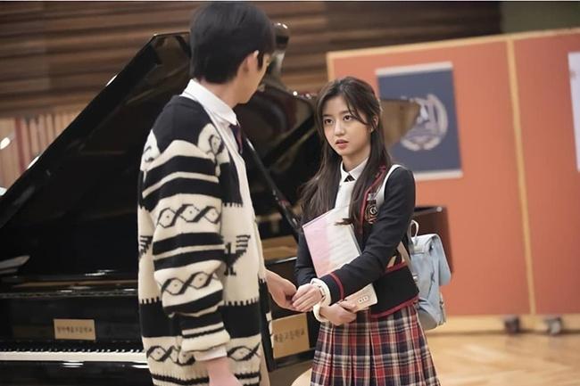 Cuộc chiến thượng lưu tập 4: Seok Hoon khiến người xem trổ quạu vì quá hèn nhát, thấy Ro Na bị ức hiếp vẫn trơ mắt đứng nhìn - Ảnh 2.