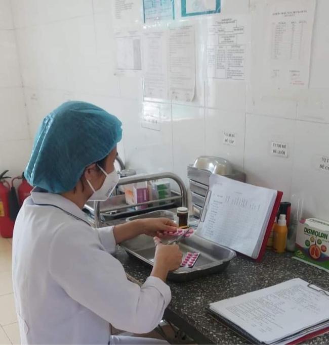 Ngày Thầy thuốc Việt Nam của cặp vợ chồng cùng đi chống dịch - Ảnh 1.