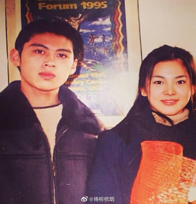 Bức ảnh hiếm cách đây hơn 20 năm trước của Song Hye Kyo bên cạnh 1 người đàn ông bất ngờ gây sốt  - Ảnh 1.
