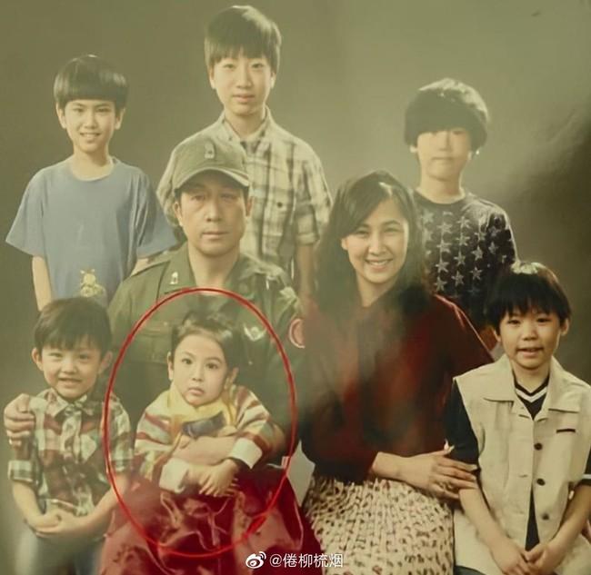 Bức ảnh hiếm cách đây hơn 20 năm trước của Song Hye Kyo bên cạnh 1 người đàn ông bất ngờ gây sốt  - Ảnh 2.