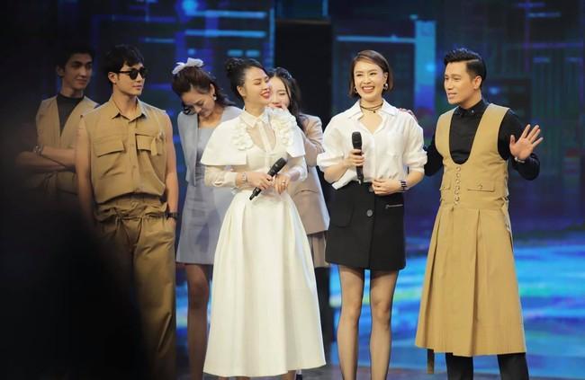 """Hé lộ lý do dàn sao nam """"Vũ trụ VTV"""" ăn mặc lạ đời, Việt Anh còn mặc trang phục giống... váy gây tranh cãi - Ảnh 3."""
