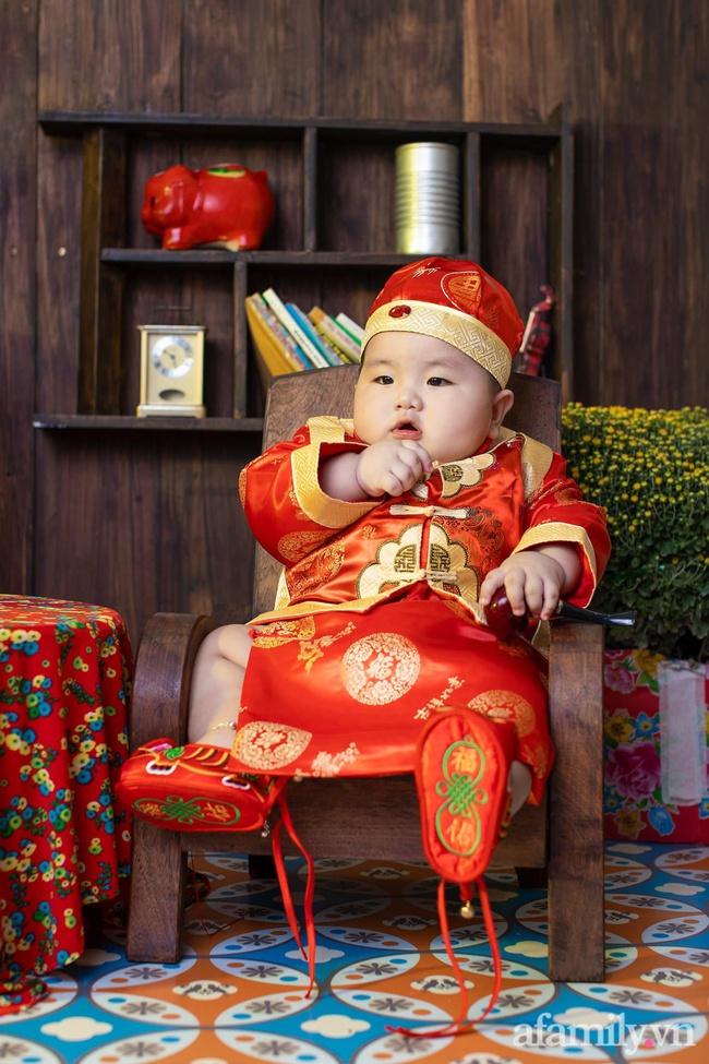 """Bộ ảnh Tết của bé trai 1 tuổi gây sốt MXH vì đáng yêu """"phát hờn"""": Nhìn thôi đã thấy năm mới vui vẻ, khỏe mạnh, giàu sang phú quý rồi - Ảnh 8."""