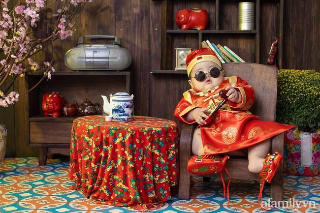 """Bộ ảnh Tết của bé trai 1 tuổi gây sốt MXH vì đáng yêu """"phát hờn"""": Nhìn thôi đã thấy năm mới vui vẻ, khỏe mạnh, giàu sang phú quý rồi - Ảnh 7."""