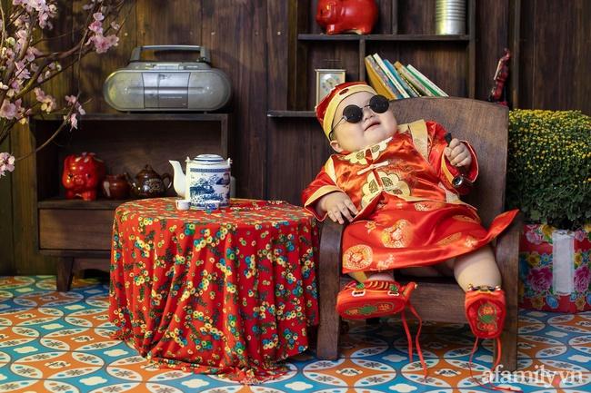 """Bộ ảnh Tết của bé trai 1 tuổi gây sốt MXH vì đáng yêu """"phát hờn"""": Nhìn thôi đã thấy năm mới vui vẻ, khỏe mạnh, giàu sang phú quý rồi - Ảnh 1."""