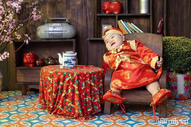 """Bộ ảnh Tết của bé trai 1 tuổi gây sốt MXH vì đáng yêu """"phát hờn"""": Nhìn thôi đã thấy năm mới vui vẻ, khỏe mạnh, giàu sang phú quý rồi - Ảnh 9."""
