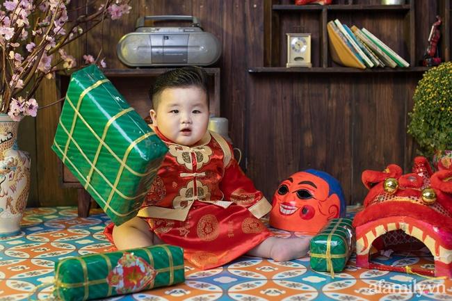 """Bộ ảnh Tết của bé trai 1 tuổi gây sốt MXH vì đáng yêu """"phát hờn"""": Nhìn thôi đã thấy năm mới vui vẻ, khỏe mạnh, giàu sang phú quý rồi - Ảnh 10."""