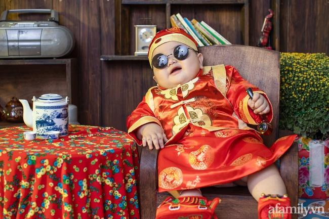 """Bộ ảnh Tết của bé trai 1 tuổi gây sốt MXH vì đáng yêu """"phát hờn"""": Nhìn thôi đã thấy năm mới vui vẻ, khỏe mạnh, giàu sang phú quý rồi - Ảnh 3."""
