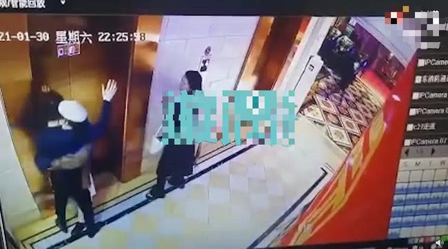 Đang chờ thang máy thì bị cô gái lạ cưỡng hôn rồi biến mất, nam thanh niên vội đăng đàn lên MXH với mục đích gây ngỡ ngàng - Ảnh 1.
