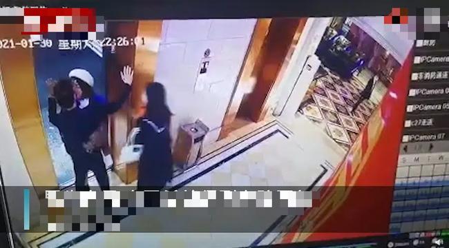 Đang chờ thang máy thì bị cô gái lạ cưỡng hôn rồi biến mất, nam thanh niên vội đăng đàn lên MXH với mục đích gây ngỡ ngàng - Ảnh 2.