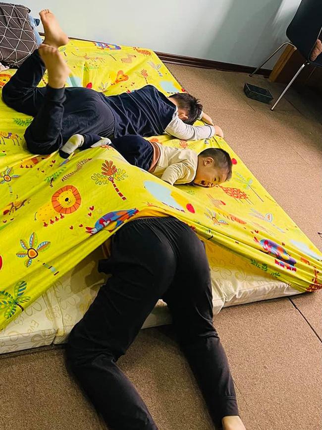 Bố mẹ cập nhật tình hình nghỉ Tết sớm của con: Loạn nhà, đánh nhau chí chóe suốt ngày, ăn ngủ vô tội vạ - Ảnh 5.