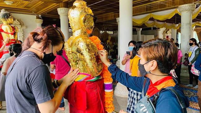 Mơ đổi đời trong thời Covid-19, người Thái Lan thi nhau đi xin vận may từ một cậu bé, dung nhan đứa trẻ khiến nhiều người tá hỏa - Ảnh 5.