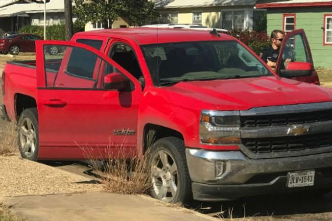 """Liều mạng ăn cắp chiếc ô tô, 3 tên cướp mở thùng xe ra liền """"bỏ của chạy lấy người"""", tới lượt cảnh sát kiểm tra cũng chưng hửng với thứ bên trong - Ảnh 3."""