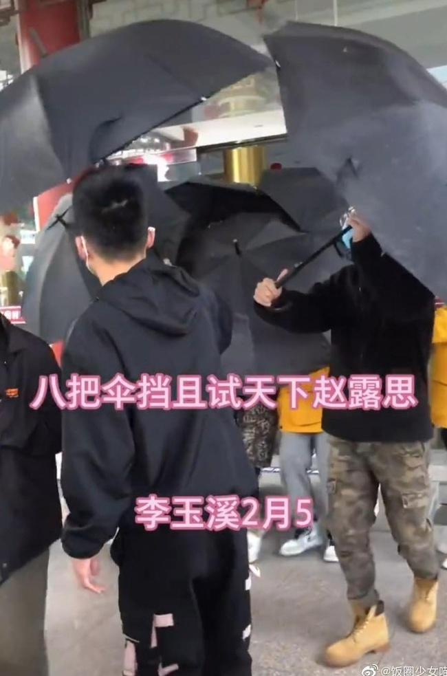 """Triệu Lộ Tư bị chê lố lăng khi mang 8 vệ sĩ đến phim trường, netizen gọi tên Cúc Tịnh Y vì """"làm màu"""" y chang nhau - Ảnh 1."""