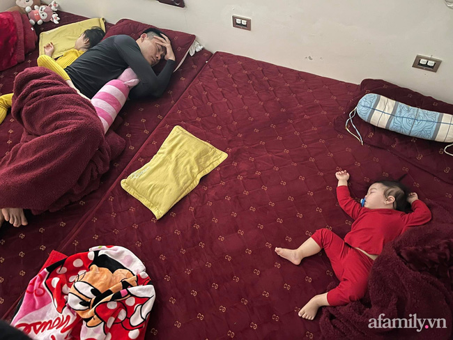 """Bảo thương 2 con gái NHƯ NHAU nhưng đi ngủ bố chỉ ôm bé lớn, bé nhỏ nằm lủi thủi trông vừa thương vừa buồn cười """"không ngậm được miệng"""" - Ảnh 6."""