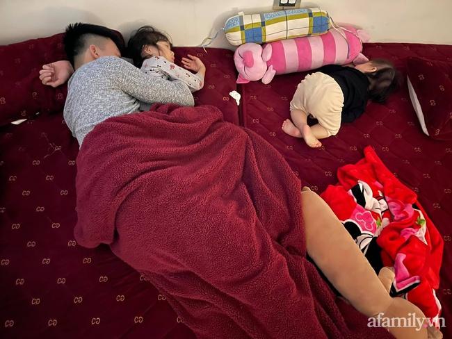 """Bảo thương 2 con gái NHƯ NHAU nhưng đi ngủ bố chỉ ôm bé lớn, bé nhỏ nằm lủi thủi trông vừa thương vừa buồn cười """"không ngậm được miệng"""" - Ảnh 2."""