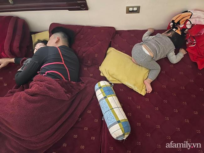"""Bảo thương 2 con gái NHƯ NHAU nhưng đi ngủ bố chỉ ôm bé lớn, bé nhỏ nằm lủi thủi trông vừa thương vừa buồn cười """"không ngậm được miệng"""" - Ảnh 5."""