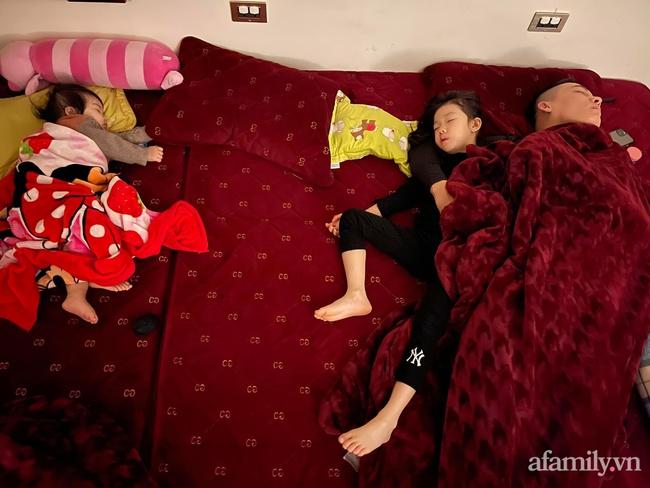 """Bảo thương 2 con gái NHƯ NHAU nhưng đi ngủ bố chỉ ôm bé lớn, bé nhỏ nằm lủi thủi trông vừa thương vừa buồn cười """"không ngậm được miệng"""" - Ảnh 3."""