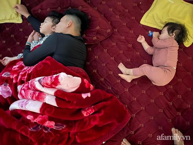 """Bảo thương 2 con gái NHƯ NHAU nhưng đi ngủ bố chỉ ôm bé lớn, bé nhỏ nằm lủi thủi trông vừa thương vừa buồn cười """"không ngậm được miệng"""" - Ảnh 7."""
