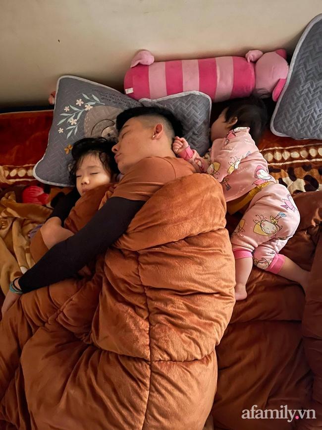 """Bảo thương 2 con gái NHƯ NHAU nhưng đi ngủ bố chỉ ôm bé lớn, bé nhỏ nằm lủi thủi trông vừa thương vừa buồn cười """"không ngậm được miệng"""" - Ảnh 1."""