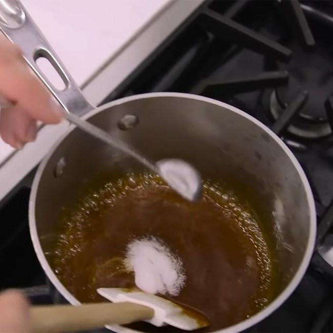 """Có loại sốt caramel này trong bếp, chị em sẽ nâng tầm cả món mặn lẫn món ngọt: Cách làm vô cùng đơn giản, thành quả đảm bảo """"gây nghiện"""" - Ảnh 4."""