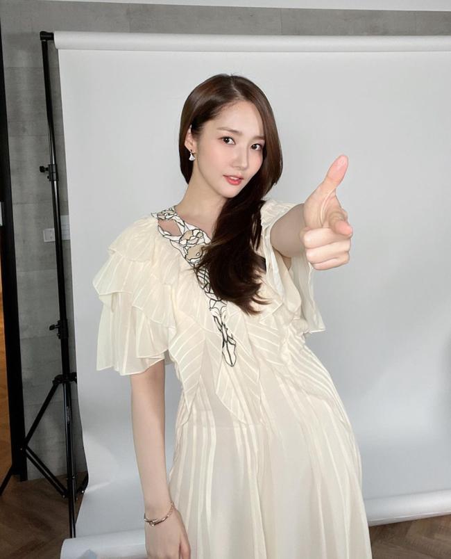 Cùng kiểu váy, cùng cách lên đồ nhưng Park Min Young vẫn lấn át Arin (Oh My Girl) với thần thái của một diễn viên - Ảnh 3.