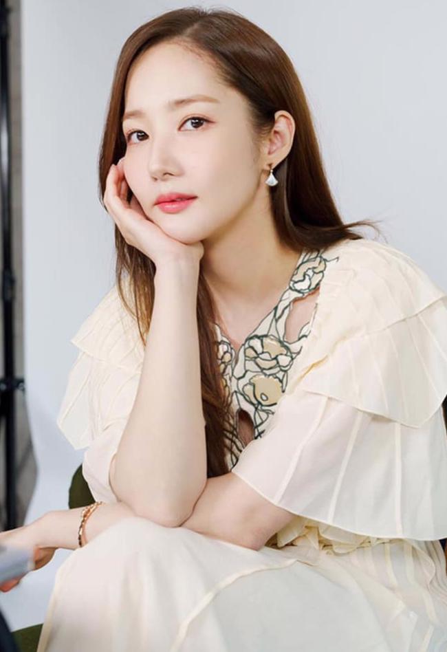 Cùng kiểu váy, cùng cách lên đồ nhưng Park Min Young vẫn lấn át Arin (Oh My Girl) với thần thái của một diễn viên - Ảnh 4.