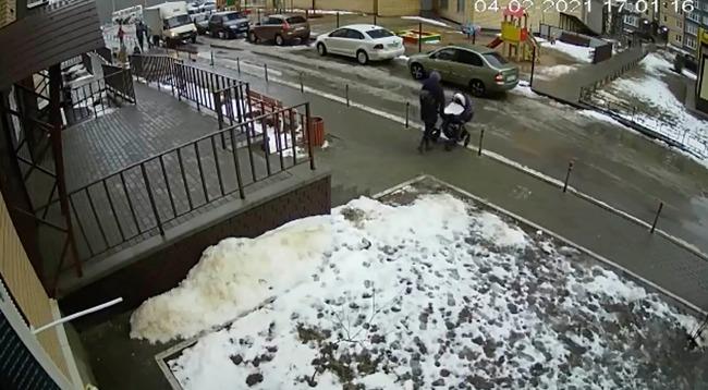 Nhảy từ tầng 17 xuống đất tự tử, thanh niên rơi trúng xe đẩy em bé 5 tháng tuổi khiến đứa trẻ chết tức tưởi, cảnh hiện trường ám ảnh khôn nguôi - Ảnh 3.