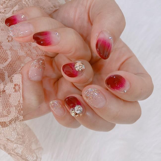 17 bộ nail tông đỏ rất sang chứ không sợ sến, chị em diện Tết thì năm mới lộc tới dạt dào, đỏ cả tình lẫn tiền - Ảnh 10.