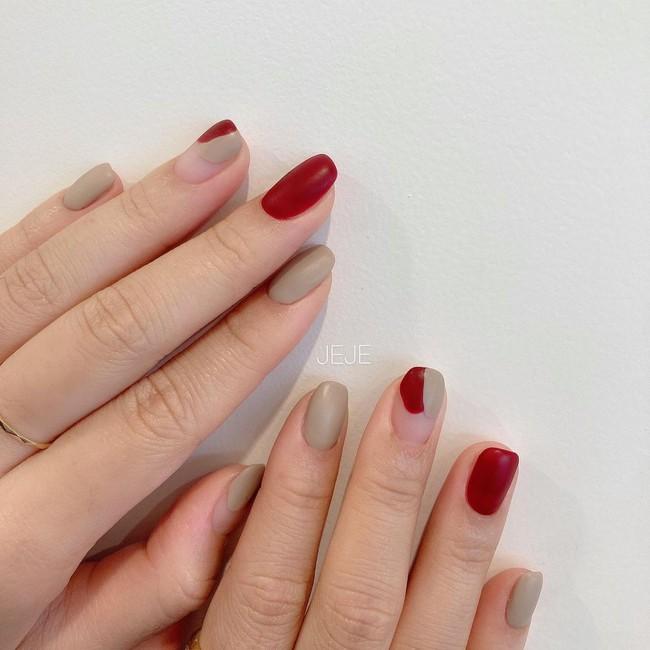 17 bộ nail tông đỏ rất sang chứ không sợ sến, chị em diện Tết thì năm mới lộc tới dạt dào, đỏ cả tình lẫn tiền - Ảnh 12.