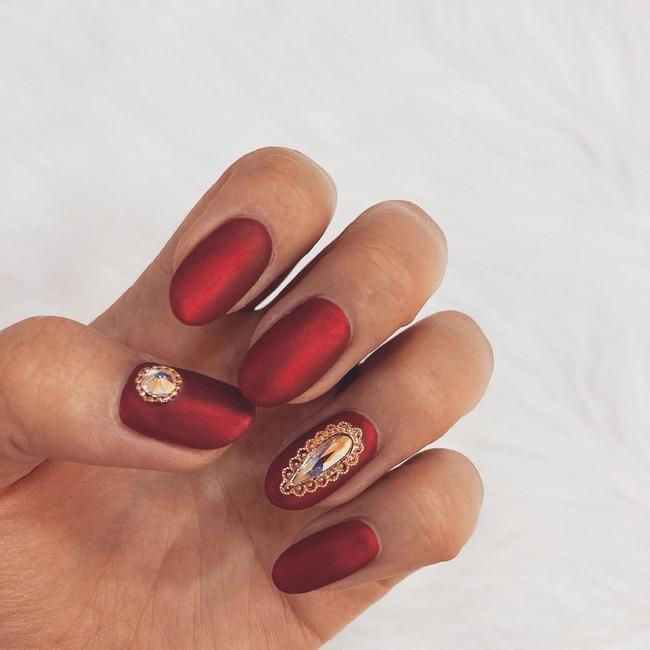 17 bộ nail tông đỏ rất sang chứ không sợ sến, chị em diện Tết thì năm mới lộc tới dạt dào, đỏ cả tình lẫn tiền - Ảnh 11.