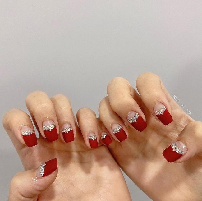 17 bộ nail tông đỏ rất sang chứ không sợ sến, chị em diện Tết thì năm mới lộc tới dạt dào, đỏ cả tình lẫn tiền - Ảnh 15.