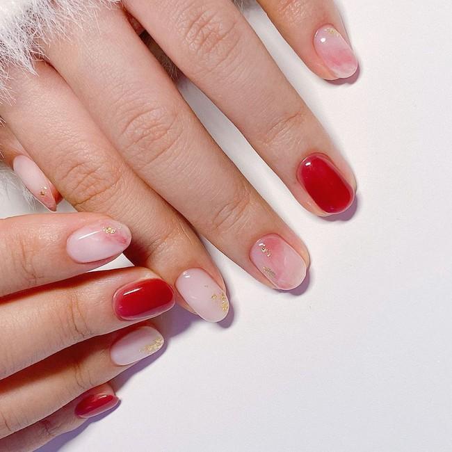 17 bộ nail tông đỏ rất sang chứ không sợ sến, chị em diện Tết thì năm mới lộc tới dạt dào, đỏ cả tình lẫn tiền - Ảnh 17.