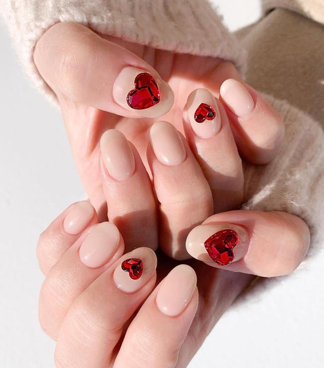 17 bộ nail tông đỏ rất sang chứ không sợ sến, chị em diện Tết thì năm mới lộc tới dạt dào, đỏ cả tình lẫn tiền - Ảnh 8.