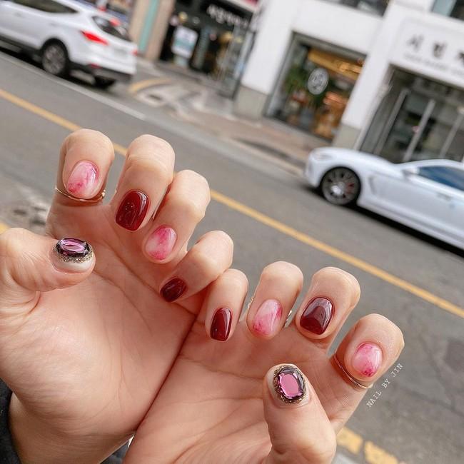 17 bộ nail tông đỏ rất sang chứ không sợ sến, chị em diện Tết thì năm mới lộc tới dạt dào, đỏ cả tình lẫn tiền - Ảnh 7.