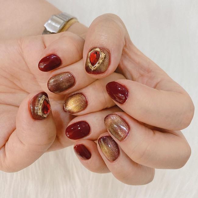 17 bộ nail tông đỏ rất sang chứ không sợ sến, chị em diện Tết thì năm mới lộc tới dạt dào, đỏ cả tình lẫn tiền - Ảnh 3.