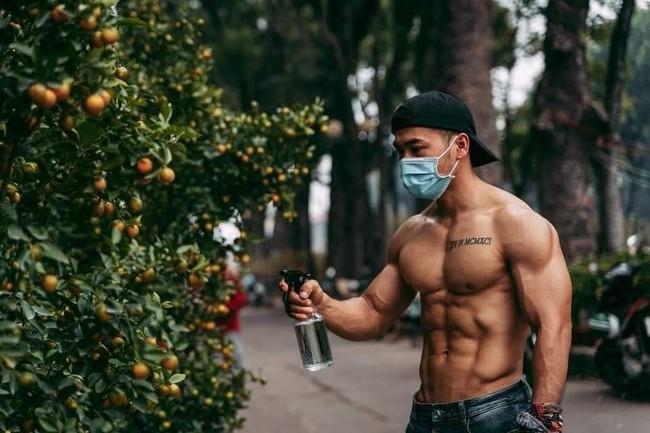 Sau hot boy 6 múi bán dưa hấu lại tiếp tục xuất hiện chàng trai cơ bắp bán quất, đây là xu hướng marketing bán hàng năm nay sao? - Ảnh 1.
