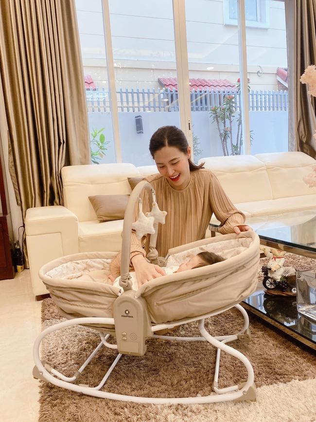 """Giàu có là thế nhưng Đông Nhi cũng không quá """"sính ngoại"""", chiếc ghế rung hàng Việt Nam cô mua cho con có giá rẻ bằng nửa đồ ngoại - Ảnh 1."""