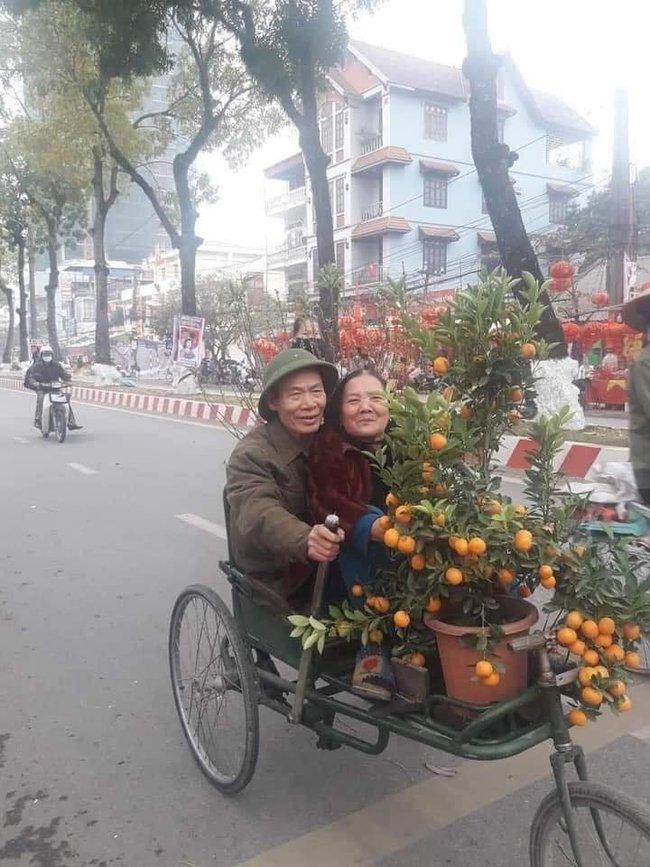 Dân mạng lan truyền bức ảnh cặp vợ chồng 50 tuổi đèo nhau trên chiếc xích lô kèm theo những lời nhắn nhủ ấm lòng - Ảnh 1.