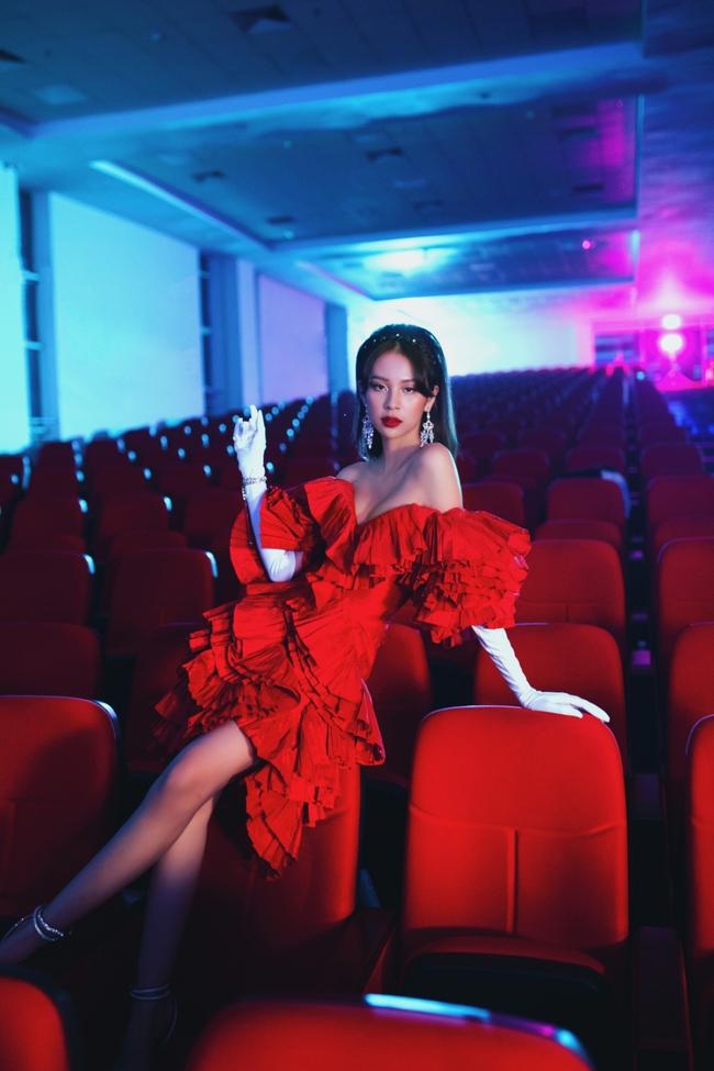"""Phí Phương Anh chính thức tung MV """"Cánh bướm dối gian"""", quảng cáo nhiều mà vẫn hát dở mặt đơ nhảy kém như cũ  - Ảnh 7."""