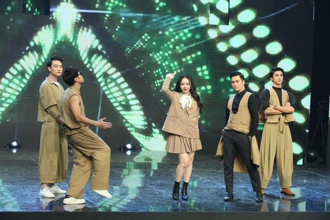 """Hé lộ lý do dàn sao nam """"Vũ trụ VTV"""" ăn mặc lạ đời, Việt Anh còn mặc trang phục giống... váy gây tranh cãi - Ảnh 4."""