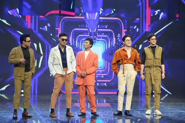 """Hé lộ lý do dàn sao nam """"Vũ trụ VTV"""" ăn mặc lạ đời, Việt Anh còn mặc trang phục giống... váy gây tranh cãi - Ảnh 1."""