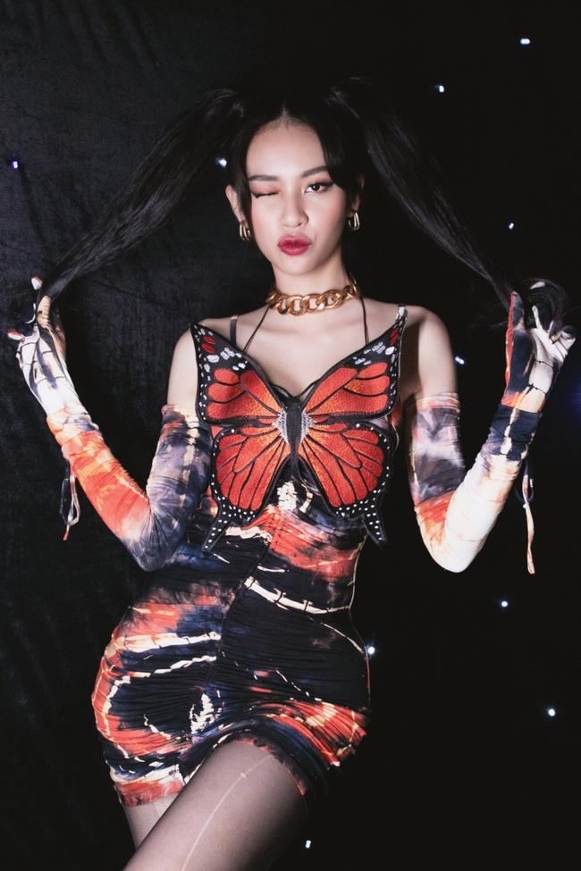 """Chi Pu từng bị chỉ trích vì đồ """"bướm đêm"""" nhạy cảm thì nay Phí Phương Anh cũng mặc tương tự - Ảnh 1."""