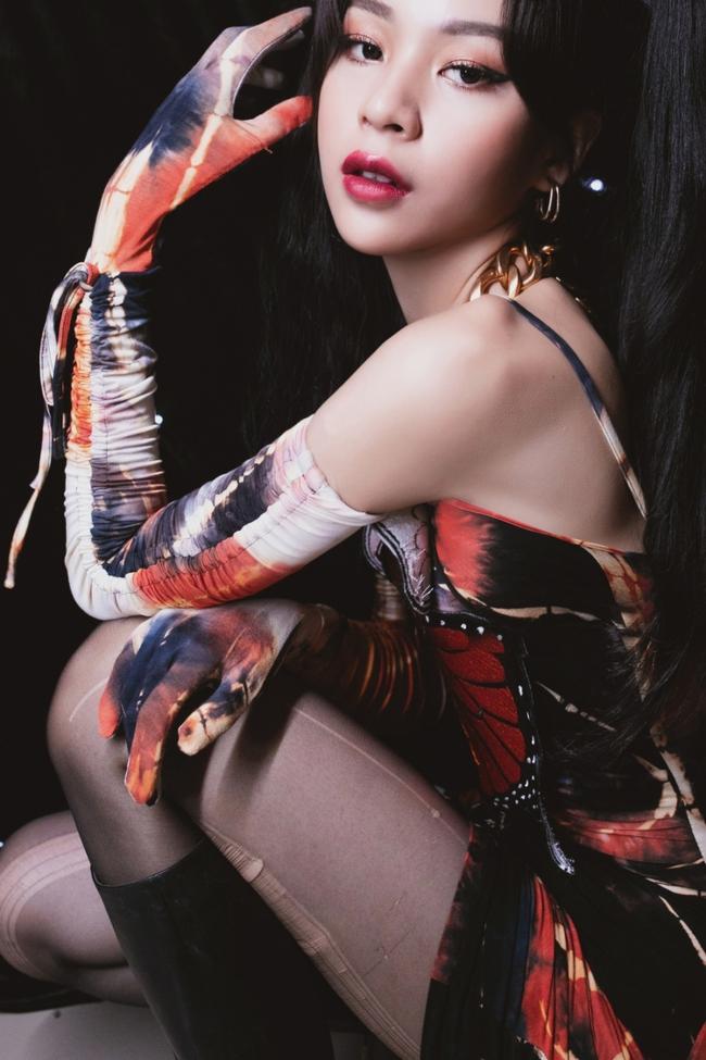 """Chi Pu từng bị chỉ trích vì đồ """"bướm đêm"""" nhạy cảm thì nay Phí Phương Anh cũng mặc tương tự - Ảnh 2."""