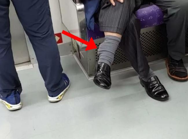 Bức ảnh chụp trên tàu điện ngầm trông không thể bình thường hơn nhưng 1 chi tiết đã khiến nó trở nên rùng mình, dân mạng kháo nhau tránh xa - Ảnh 1.
