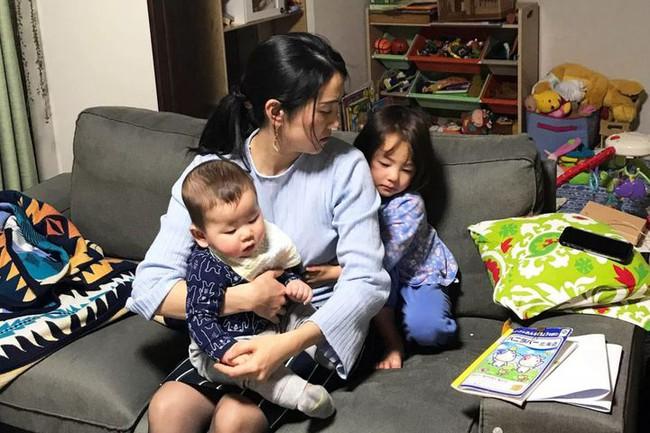 Một bà mẹ ở nhà chăm con có số giờ làm việc mỗi tuần cao hơn gần gấp hai lần so với những người đi làm toàn thời gian - Ảnh 1.
