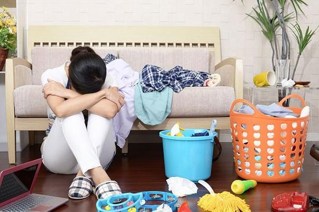 Một bà mẹ ở nhà chăm con có số giờ làm việc mỗi tuần cao hơn gần gấp hai lần so với những người đi làm toàn thời gian - Ảnh 2.