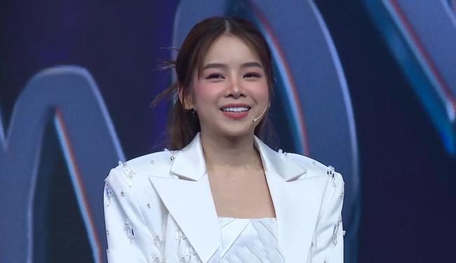 Sau loạt tin đồn chia tay Hồng Thanh, DJ xinh đẹp nhất Rap Việt - Mie lần đầu ngồi ghế nóng - Ảnh 1.