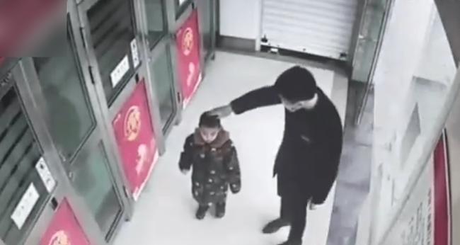Cậu bé 5 tuổi một mình đi vào cây ATM, hành động sau đó khiến nhân viên ngân hàng kinh ngạc: Đứa trẻ này quá thông minh! - Ảnh 5.