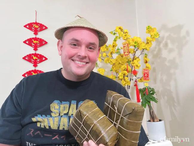 Khỏe mạnh sau khi cả nhà mắc COVID-19, cặp đôi vợ Việt chồng Mỹ đón Tết đặc biệt nơi xứ người: Chồng ngoại quốc tự tay gói bánh Chưng, mâm Tết món nào cũng ăn bằng sạch! - Ảnh 8.